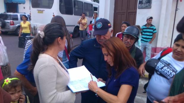 Raiza Díaz durante firma de solicitud del servicio